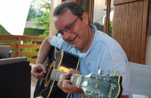 Dany joue de la guitare
